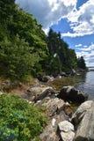 Rocky Tree Lined Shore auf Casco-Bucht in Maine Stockfoto