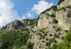 Rocky wall and green at Sentiero degli  Dei Stock Photography
