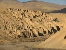 Rocky Walls, montes vermelhos, Ladakh, Índia fotos de stock