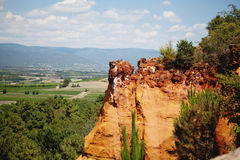Rocs rossi di jaune in Roussilon, Francia fotografia stock libera da diritti