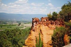 Rocs vermelhos do jaune em Roussilon, França Fotografia de Stock Royalty Free