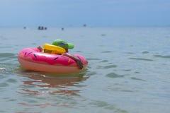 Roczniak chłopiec 3 pływania w morzu w gumowym pierścionku i kamizelce ratunkowej Persons widoczni pi?kna nad ptak chmur kolory m obrazy stock