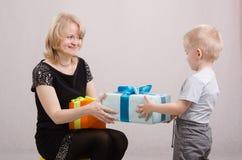 Roczniak chłopiec przedstawia prezent mum Obraz Royalty Free