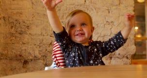 Roczniaka dziecko próbuje tanczyć zbiory