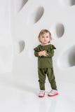 Roczniaka dziecko stoi blisko biel ściany w studiu Obrazy Stock