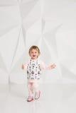 Roczniaka dziecko stoi blisko biel ściany w studiu Obraz Royalty Free