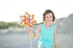 6 roczniaka dziewczyna z jaskrawym pinwheel Obraz Royalty Free