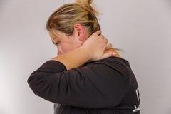 38 roczniaka Kaukaska kobieta z z nadwagą i hormonalnym wadliwym działaniem pokazuje jej ciało z celulitisami i sadłem Na świetle obrazy royalty free