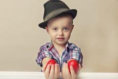 4 roczniaka mała, śliczna chłopiec w mienie rękach i Fotografia Stock