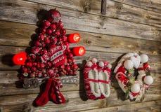 Roczników bożych narodzeń dekoracja: czerwień, białe rzeczy na drewnianym backgr Zdjęcie Royalty Free