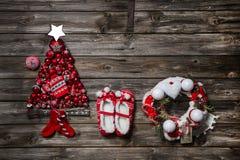 Roczników bożych narodzeń dekoracja: czerwień, białe rzeczy na drewnianym backgr Obraz Stock