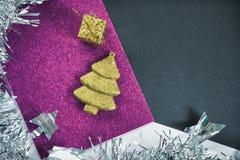 Roczników bożych narodzeń tło Stonowana fotografia jedlinowego drzewa ornament na błyskotliwości pape Zdjęcie Royalty Free