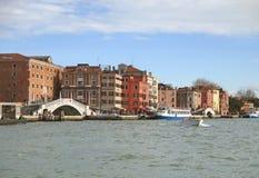 Roczników budynki i biały kamienia most wzdłuż kanał grande Wenecja obraz stock