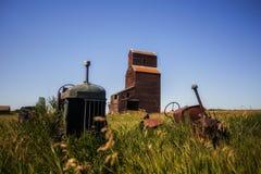 Roczników ciągniki przed starą zbożową windą fotografia royalty free