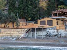 Roczników domy na wzgórzu morzem Obrazy Royalty Free