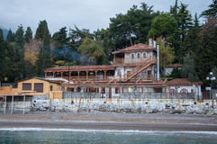 Roczników domy na wzgórzu morzem Zdjęcia Stock