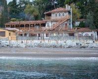 Roczników domy na wzgórzu morzem Fotografia Stock