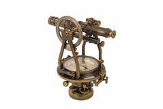 Roczników geodeta Zrównują z kompasem odizolowywającym na bielu (transport, Theodolite,) Fotografia Royalty Free