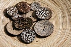 Roczników guziki na drewnianym talerzu Obraz Stock