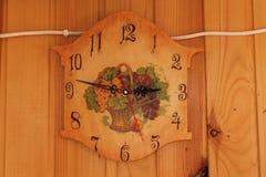 Roczników handmade zegary na wełny ścianie Fotografia Royalty Free