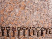 Roczników klucze na kamiennej podłoga zdjęcie royalty free