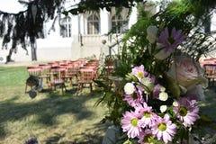 Roczników krzesła dla ślubnej ceremonii zdjęcie stock