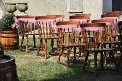 Roczników krzesła dla ślubnej ceremonii obraz stock