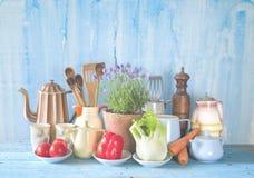 Roczników kuchenni naczynia i warzywa, kulinarny pojęcie obrazy stock