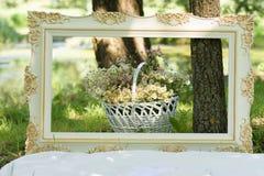 Roczników kwiaty w białym koszu i rama Fotografia Royalty Free