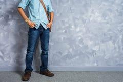 Roczników mężczyzna clothings retro styl z depresja kluczem zaświeca nad lof zdjęcia royalty free