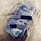 Roczników niebiescy dżinsy z metal patką Grunge mody styl Zdjęcie Stock