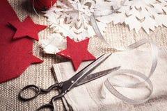 Roczników nożyce i handmade wakacyjne dekoracje fotografia royalty free