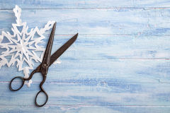 Roczników nożyce i papierowy płatek śniegu przy lewą stroną fotografia stock