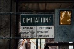 Roczników ograniczeń znak Zaniechanego Indiana wojska Amunicyjna zajezdnia - Indiana - Debagging budynek - zdjęcie stock