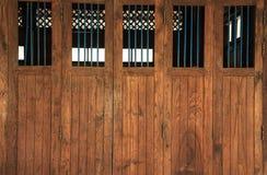 Roczników retro drewniani drzwi i nadokienne tafle z barami, domowy wewnętrzny architektoniczny projekt przeciw prostemu tropikal zdjęcie stock