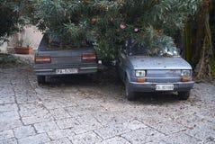 Roczników samochody parkujący w podwórzu obraz royalty free