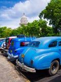 Roczników samochody zbliżać Capitol Havana w Kuba Obraz Royalty Free