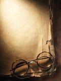 Roczników szkła na starym papierze zdjęcia royalty free