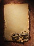 Roczników szkła na starym papierze obraz stock