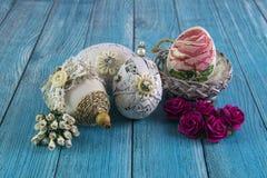 Roczników Wielkanocni jajka z kwiatami na błękitnym tle wioska Zdjęcie Stock