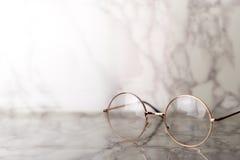 Roczników złoci Eyeglasses na luksusu marmuru kamieniu Zdjęcia Royalty Free