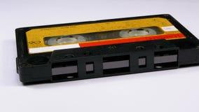 Rocznik Żółta Audio kaseta Wiruje na Białym tle zdjęcie wideo