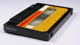 Rocznik Żółta Audio kaseta Wiruje na Białym tle zbiory wideo