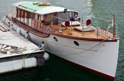 Rocznik łódź z drewnianym pokładem przy molem Zdjęcia Royalty Free