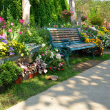 Rocznik ławka w kwiatu ogródzie Zdjęcia Royalty Free