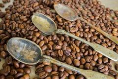 Rocznik łyżki i adra czarna kawa obrazy stock