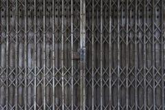 Rocznik żaluzi drzwi, stare rdzewieć żelazne ono ślizga się bramy, tło fotografia stock