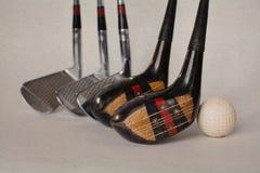 Rocznik, antyka golfowy kierowca (putter) kije golfowi na starzejącym się textured papierowym tle obrazy stock