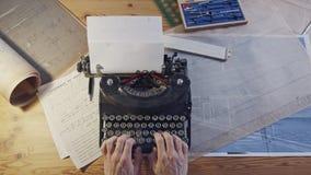 Rocznik architektury biurko z maszyną do pisania, projektami i władcami, zbiory