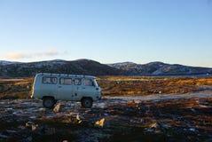 Rocznik błękitny Samochód dostawczy Parking na tundrowym arktycznym krajobrazie Zdjęcia Stock